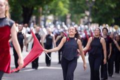 Frau in der Uniform, die eine Flagge wellenartig bewegt lizenzfreie stockbilder