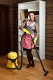 Frau in der Uniform und Handschuhe mit Staubsauger lizenzfreies stockfoto