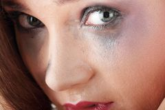 Frau in der Unterwäsche schreiend - Gewalttätigkeitkonzept Stockfotografie