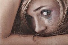 Frau in der Unterwäsche schreiend - Gewalttätigkeitkonzept Lizenzfreie Stockfotos