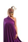 Frau in der violetten Karnevalsmaske Stockfotos