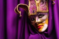 Frau in der violetten Schablone Stockfoto