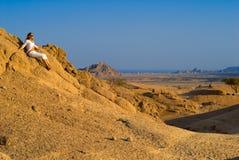 Frau in der Wüste Lizenzfreie Stockfotografie