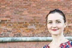 Frau an der Wand lizenzfreie stockfotos
