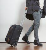 Frau in der warmen Jacke mit Koffer Stockbilder