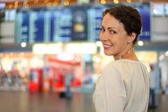 Frau in der weißen Abnutzung in der Halle des Flughafens Stockfotos