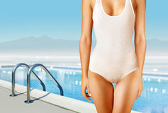 Frau in der weißen Badebekleidung Stockbild