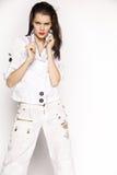 Frau in der weißen Jacke und in den Hosen Stockfotos