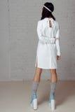 Frau in der weißen Kleiderzwangsjacke, die sich weg dreht Lizenzfreie Stockfotografie