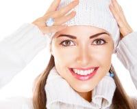 Frau in der weißen Schutzkappe und im Pullover. Glückliches Lächeln Stockfoto