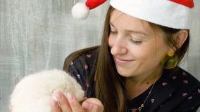 Frau in der Weihnachtskappe mit weißer inländischer Ratte stock footage