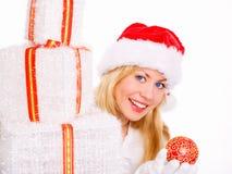 Frau in der Weihnachtskleidung mit Geschenken Stockfotografie