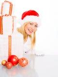 Frau in der Weihnachtskleidung mit Geschenken Stockfoto