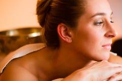 Frau an der Wellneßmassage mit Gesangschüsseln Lizenzfreies Stockfoto