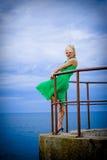 Frau an der windigen Küste Lizenzfreies Stockfoto