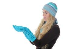 Frau in der Winterart stockfoto