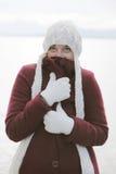 Frau in der Winterausstattung mit Schutzkappe Lizenzfreie Stockfotos