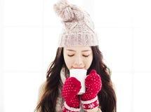 Frau in der Winterkleidung, die heißes Getränk hat lizenzfreies stockbild