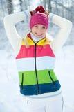 Frau in der Winterkleidung draußen Stockbild