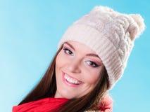 Frau in der woolen Kappe der Winterkleidungs Stockfotos