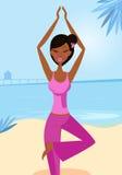 Frau in der Yogabaumhaltung auf dem sonnigen Strand Stockfoto