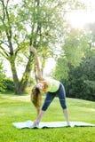 Frau in der Yogadreieckhaltung Lizenzfreies Stockbild