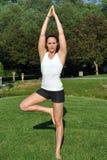 Frau in der Yogahaltung Lizenzfreie Stockfotos