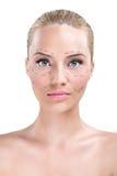 Frau, deren Gesicht mit Zeilen markiert wird stockfotos
