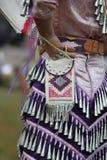 Frau des amerikanischen Ureinwohners im Kostüm lizenzfreies stockfoto