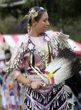 Frau des amerikanischen Ureinwohners tanzt in Kostüm lizenzfreie stockfotografie