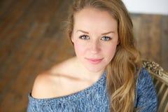 Frau des blonden Haares des blauen Auges Lizenzfreies Stockfoto