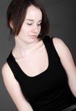 Frau des Brunette-20s, die unten schaut Lizenzfreie Stockbilder