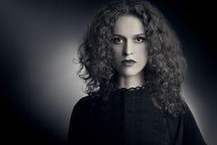 Frau des gelockten Haares des Modeporträts Stockfoto