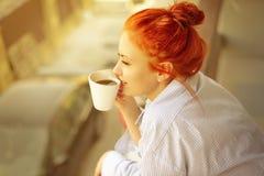 Frau des gutenmorgens mit Schale wohlriechendem Kaffee Stockfotos