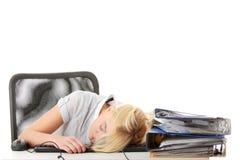 Frau des jungen jugendlich, die auf Tastatur schläft Stockbild