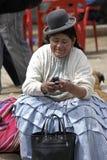 Frau des Porträt-amerikanischen Ureinwohners mit Handy Lizenzfreies Stockbild