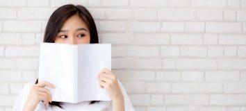 Frau des Porträts der Fahnenwebsite schöne asiatische glückliches versteckendes behin stockbild