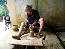 Frau des Quao-Tonwaren Dorflehms ein Topf Lizenzfreie Stockfotos