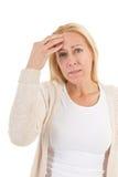 Frau des reifen Alters mit Kopfschmerzen Stockfoto