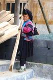 Frau des Rot Yao-Bergvolks arbeitet in einer Sägemühle, China Lizenzfreie Stockfotografie