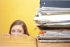 Frau, die ängstlich an den Dateien stairing ist Lizenzfreies Stockbild