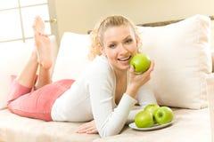 Frau, die Äpfel isst stockfotos