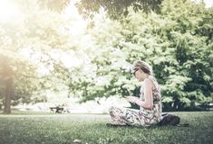 Frau, die öffentlich Park des Smartphone verwendet lizenzfreie stockfotos