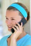 Frau, die über den Handy spricht Lizenzfreie Stockbilder
