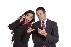 Frau, die über der Schulter zeigt auf Telefon schaut Lizenzfreie Stockfotografie