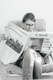 Frau, die über Fidel- Castrotod liest Stockbilder