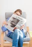 Frau, die über Fidel- Castrotod liest Lizenzfreie Stockfotografie