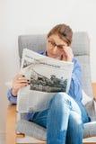 Frau, die über Fidel- Castrotod liest Stockbild