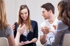 Frau, die über ihr Leben auf Gruppentherapie spricht Stockfoto