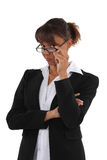 Frau, die über ihren Gläsern schaut Stockbilder
